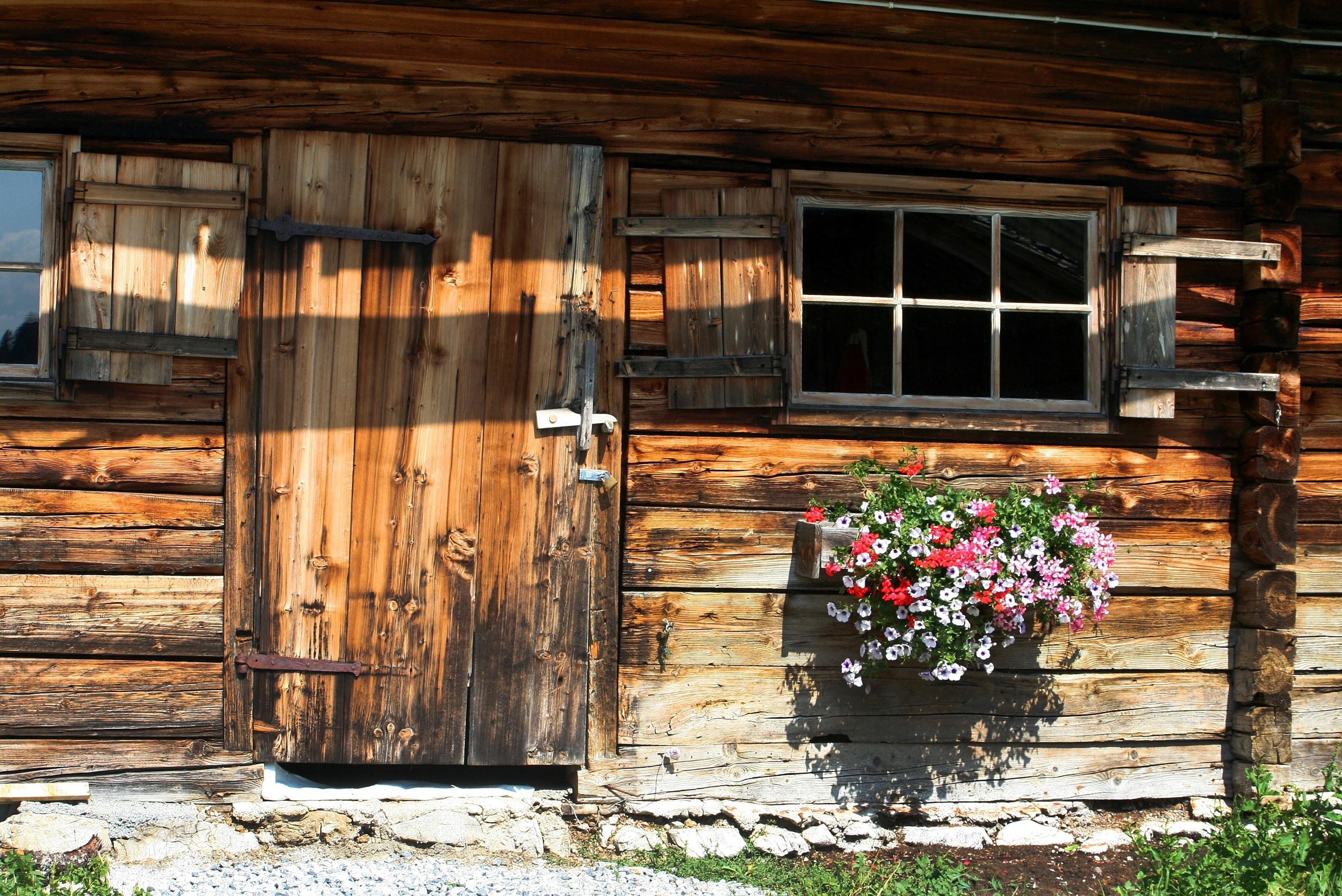 Facade of Kiva's wood cabin in New Mexico