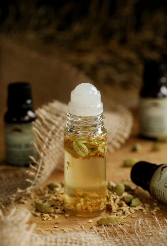 A classic fall essential oil blend with spice and citrus notes like cardamom, sweet orange, and ginger make this a perfect fall essential oil blend.